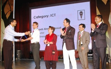 Shoeb Ahmed Masud recieving IBA Alumni Award in ICT sector
